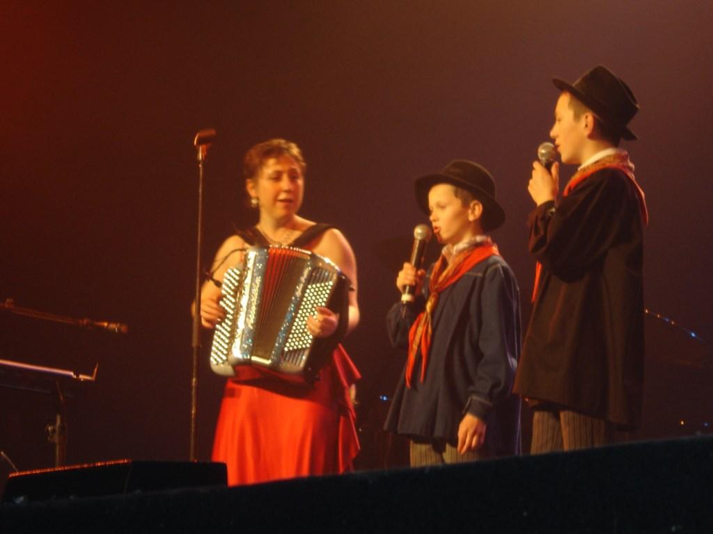 """Le 4 mars 2007 Sylvie Pullès a été la première accordéoniste à monter sur les planches de la scène du Casino de Paris. Jamais un spectacle dédié à l'accordéon n'avait eu lieu dans cette prestigieuse salle de Paris. C'est donc pour un concert exceptionnel que Sylvie Pullès a fait entrer le folklore au Casino de Paris. Un moment d'autant plus exceptionnel que Sylvie Pullès s'est mise en scène pour un spectacle """"non dansant"""". Habituée aux bals et a faire danser son public, Sylvie Pullès a donc proposé un concert hors du commun pour ses spectateurs qui ont été entièrement conquis par cette nouvelle performance de leur accordéoniste préférée."""
